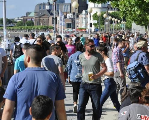 1822-thz Promenade Passanten 2